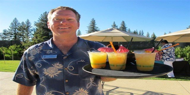serving-drinks-buffet